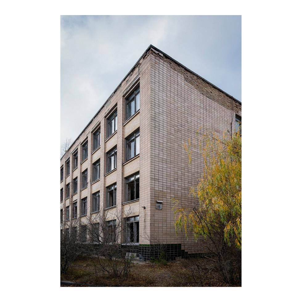 Les autorités ukrainiennes interdisent aujourd'hui d'entrer dans les bâtiments de Pripyat car certains d'entre eux ont commencé à s'effondrer. Le risque est trop grand.