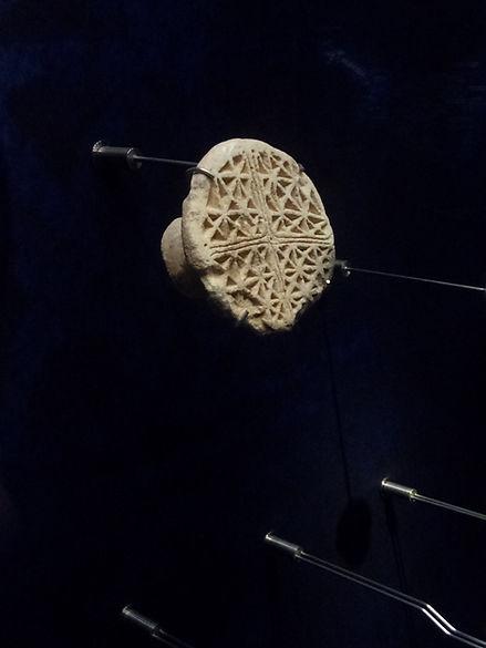 Tampon en pierre calcaire pour le pain béni, VIIe siècle