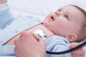 תינוק בבדיקה רפואית