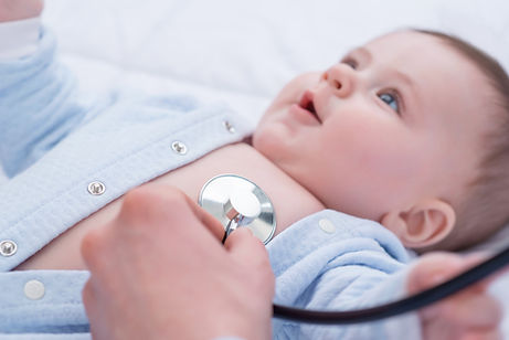 Examinar pediatra infantil
