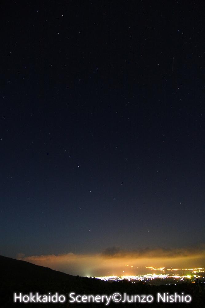 岩内湾夜景と北斗七星