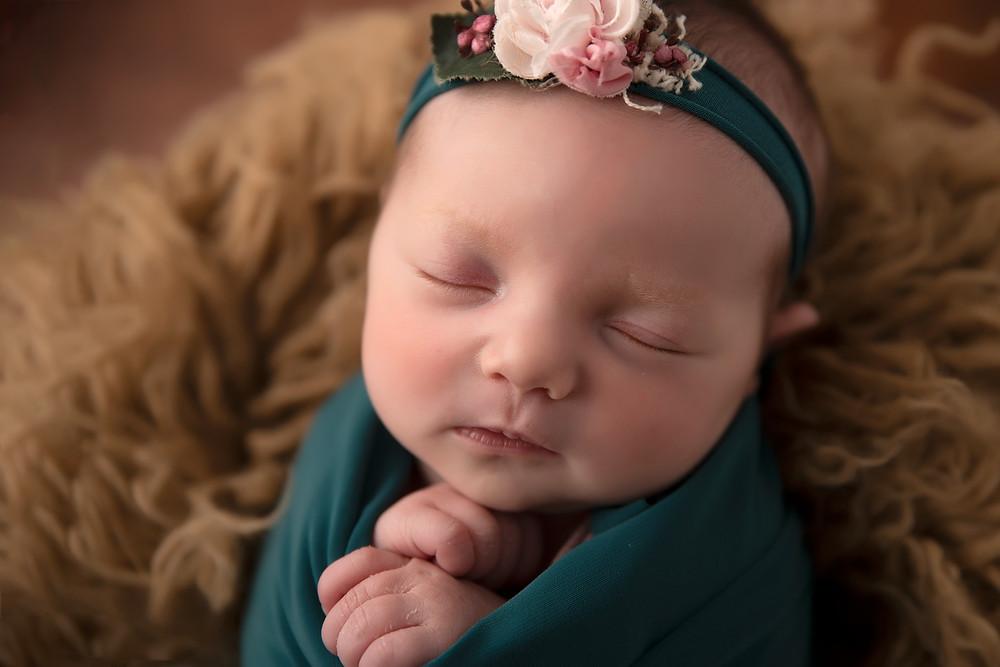 Portrait bébé emmailloté - nouveau né endormi - bandeau - accessoires cheveux - séance photo de naissance - shooting nouveau-né - Virginie Peigne Photographie
