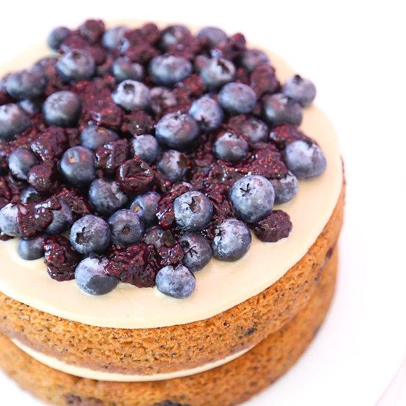 Pastel de limon, blueberry & poppyseed