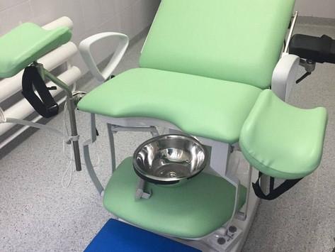 Очень крутые новенькие гинекологические кресла, да еще и с осветительной лампой приехали к нам