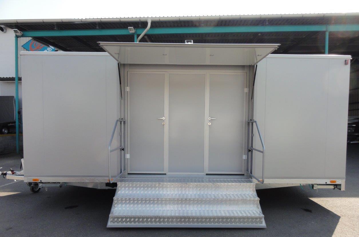 mietlift.ch Vezeko WC-Wagen mit mehreren Kabeinen, Eingang/Treppe.Anhänger-Center Räterschen
