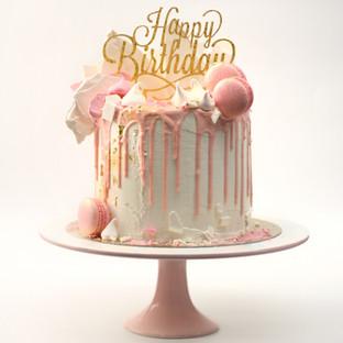 עוגת דריפ ורודה עם מקרונים ומרנג