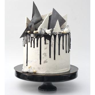 שכבות של עוגת שוקולד, קרמל מלוח, קרם חמאה וניל ושוקולד מריר מטפטף