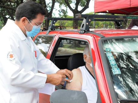 Drive-thrus vão fazer vacinação de idosos neste sábado