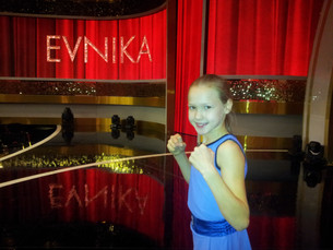 """The world rolling out the film with the participation of """"the fastest boxer's girl"""" fr"""