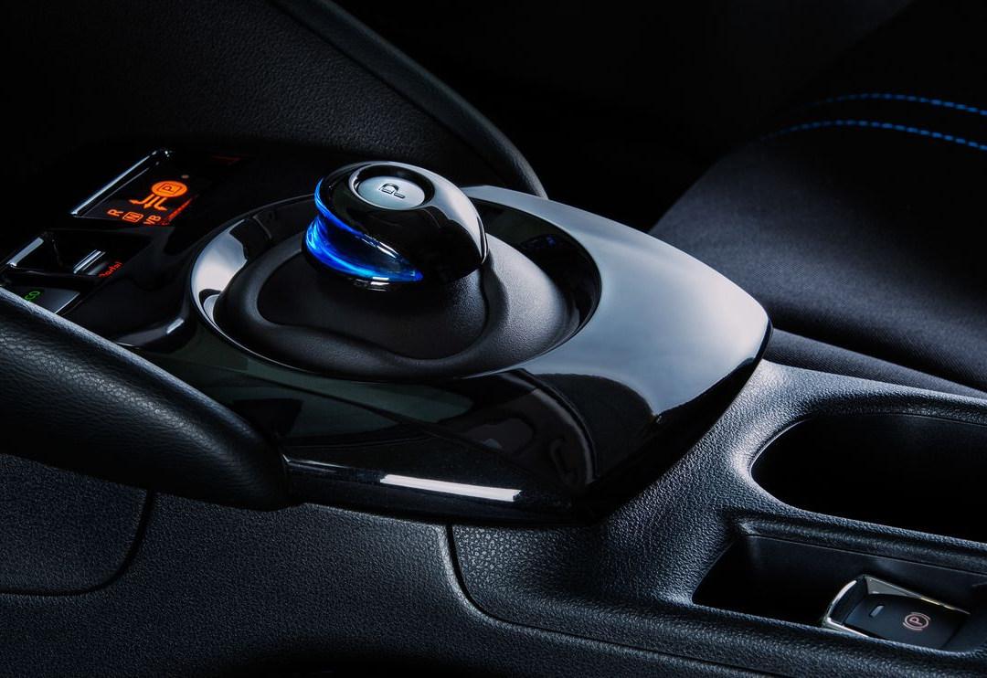 Nissan_LEAF_interior_control.jpg
