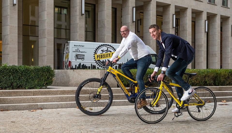 Vater und Sohn auf Fahrrad