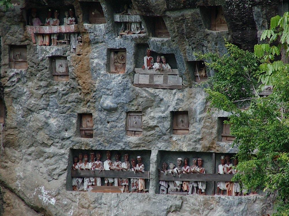 Day 2 Indonesia SulawesiToraja grave wall with Tau Tau dolls SandrinaPeeters