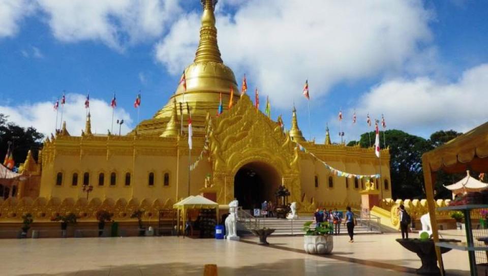 312-megahnya-replika-pagoda-shwedagon-di-berastagi