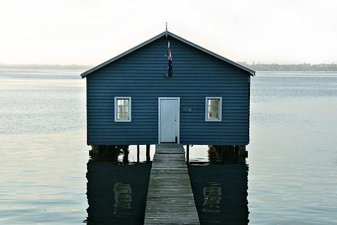 川のボートハウス