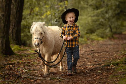 kleiner Cowboy mit seinem stolzen Ross ;)