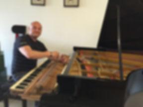 איגור רומנובסקי עוסק בכיוון, תיקון ושיפוץ פסנתרים משנת 1981