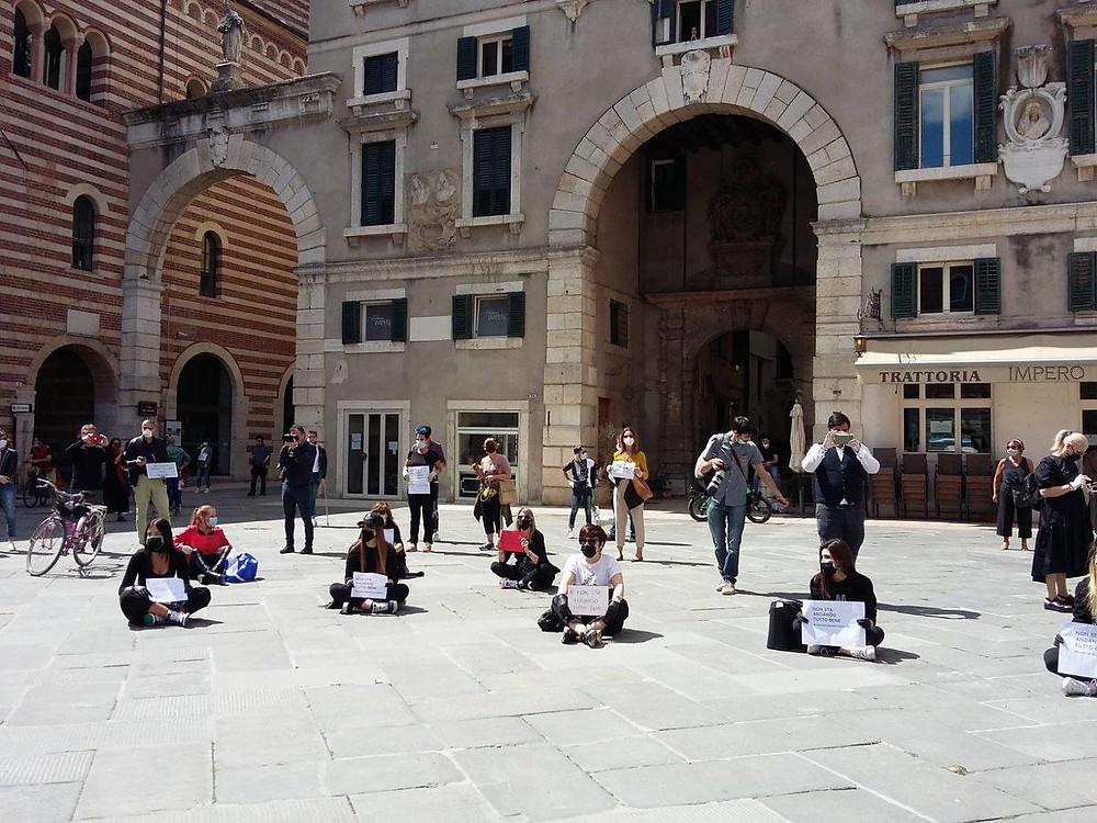 Protesta dei commercianti in Piazza dei Signori domenica 3 maggio 2020. Foto di Laura Perina.