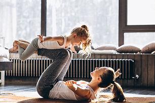 yoga-mere-fille-maison_1303-7706.jpg
