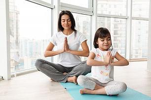 belle-mere-enfant-meditant-maison-assis-