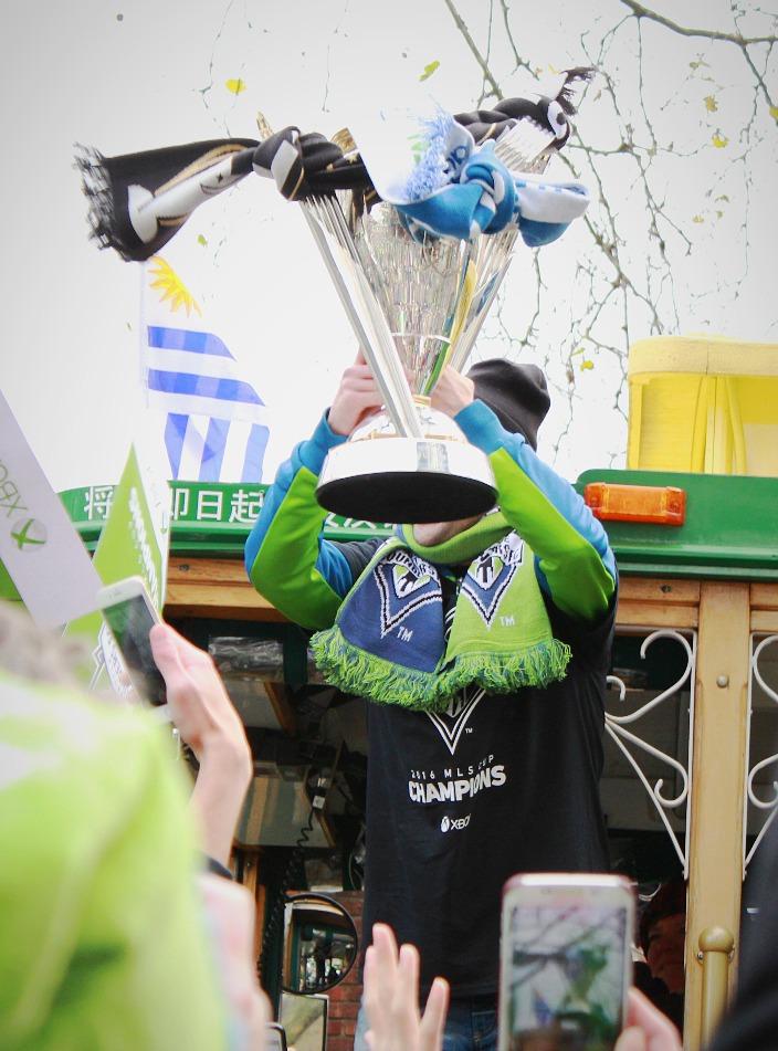 Nicolás Lodeiro raises the MLS Cup
