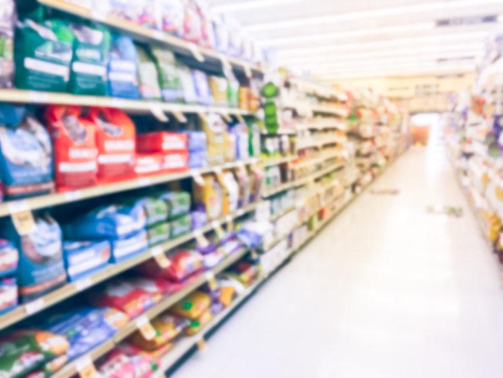 PetFoodAisleSupermarket_Trongnguyen_Adob