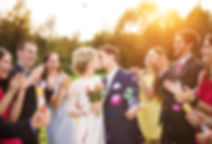 bruidspaar, kus, huwelijksfeest met familie, huwelijk, zoen, applaus