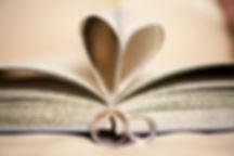 gouden trouwringen, trouwringen met boek, boek met hart in bladzijden, boek met trouwringen