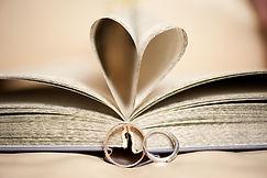 gouden trouwringen, boek met hart en trouwringen