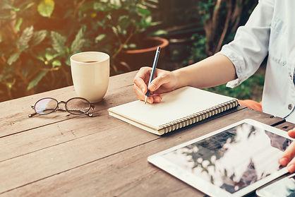 pen en papier, schrijven, werken, tablet, buiten werken, werkende vrouw, vrouw schrijft