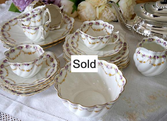 **Sold** *送料無料* 29アイテム! プラム色のローズと橙色のお花のガーランド柄 ボーンチャイナ トリオ ティーセット エドワーディアン