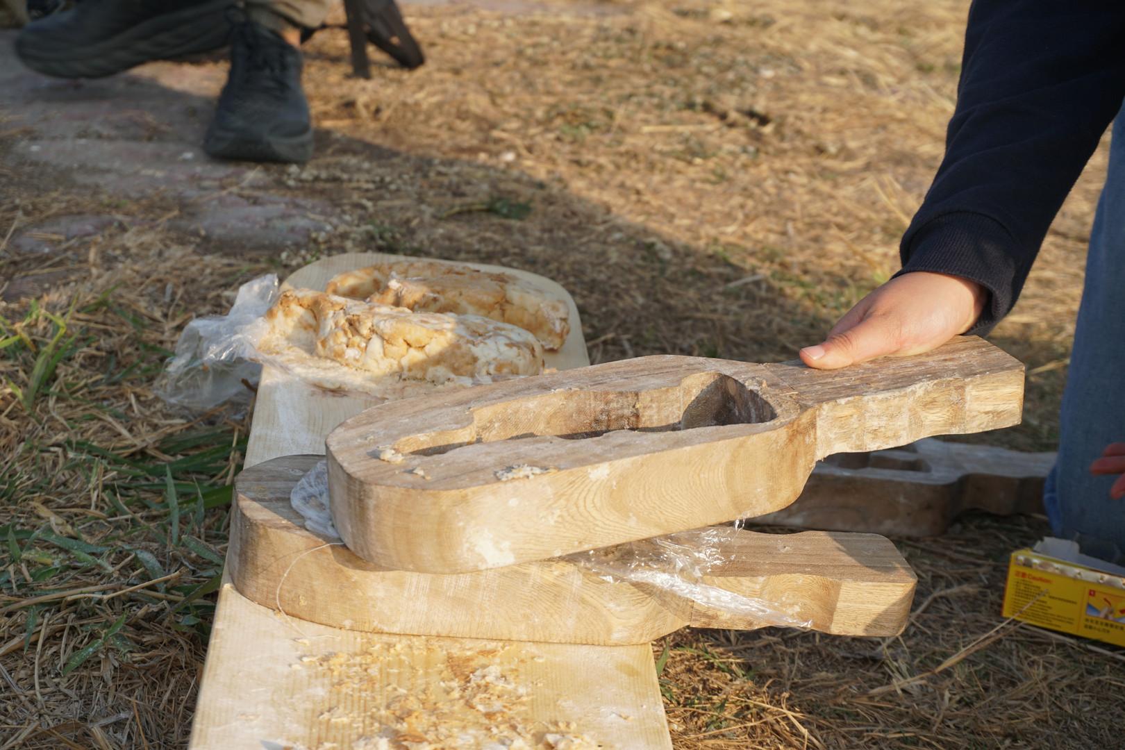 參加者嘗試創作麵包雕塑