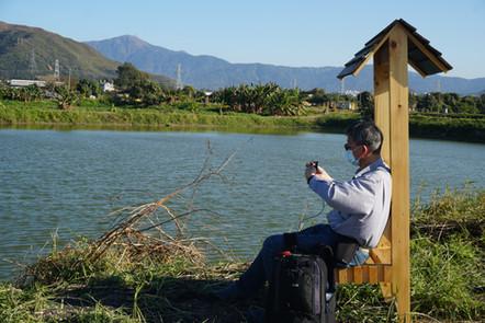 參加者在魚塘邊享用「單人餐盒」