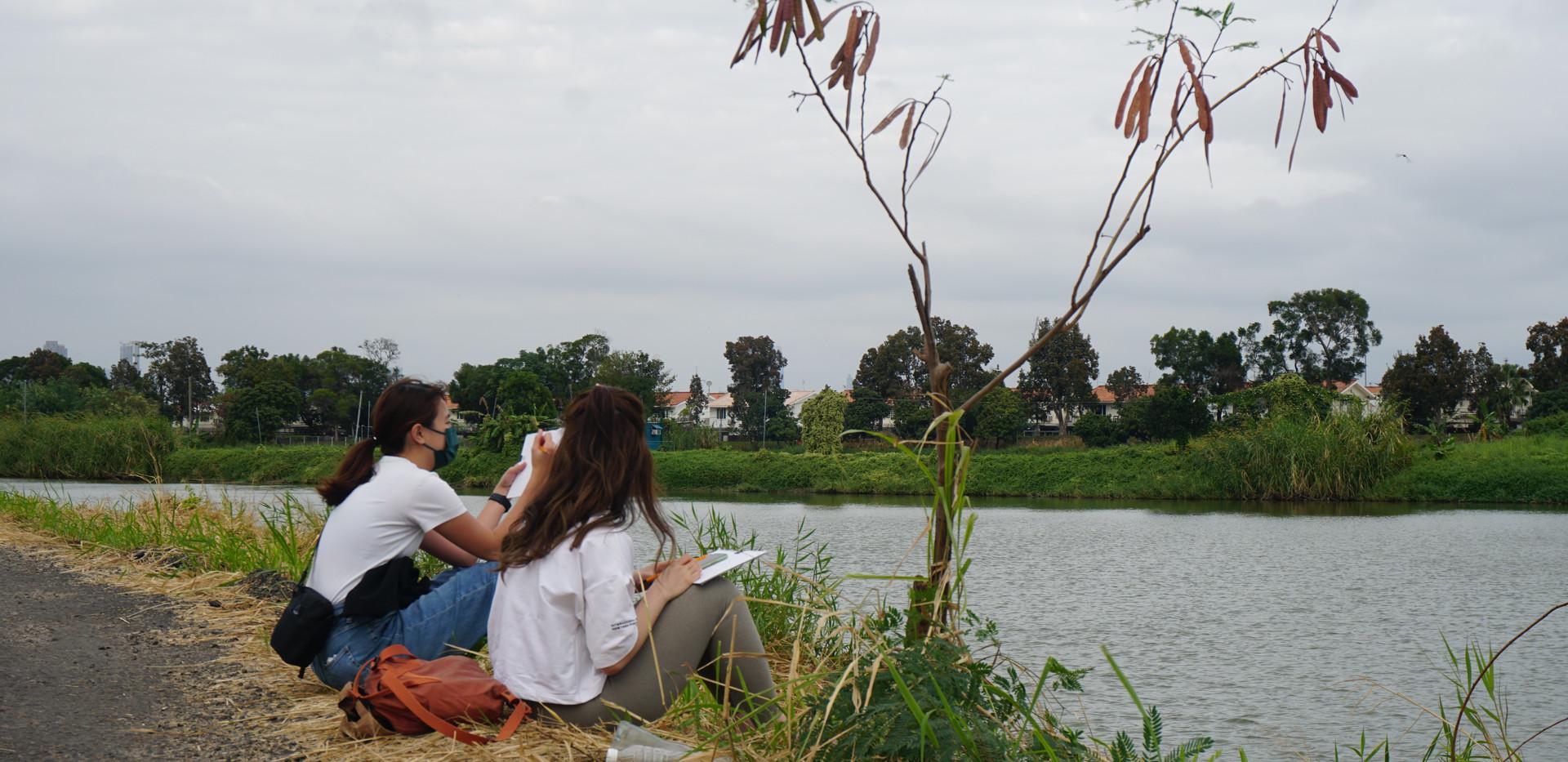 參加者在魚塘邊寫生
