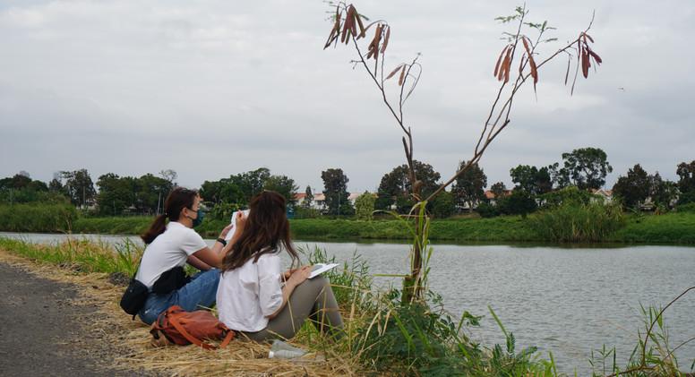 參加者在魚塘邊寫生.JPG