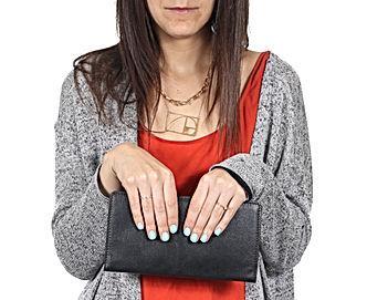 Mujer que sostiene la cartera de cuero