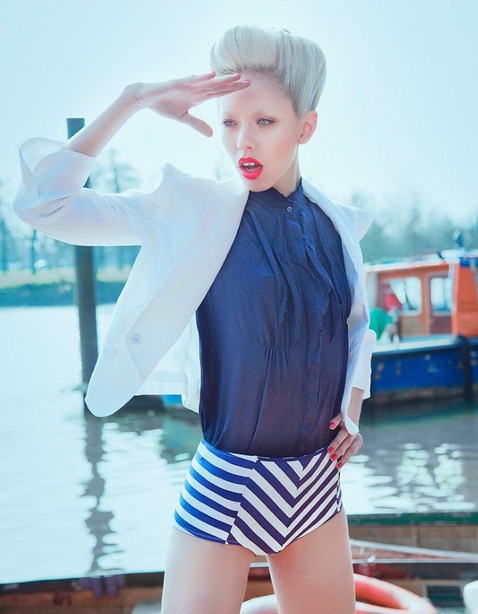 sailor-editorial-boats-dock-thames-blond