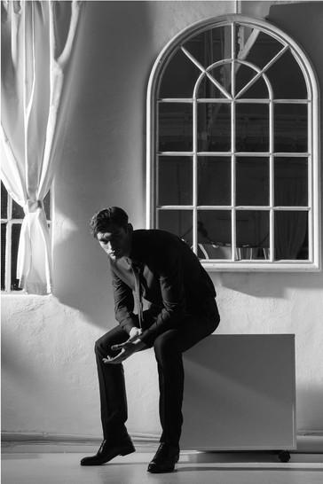 Gentleman-dandy-james-bond-window-black-
