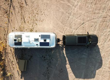 Notre installation de panneaux solaires pour être autonome en camping