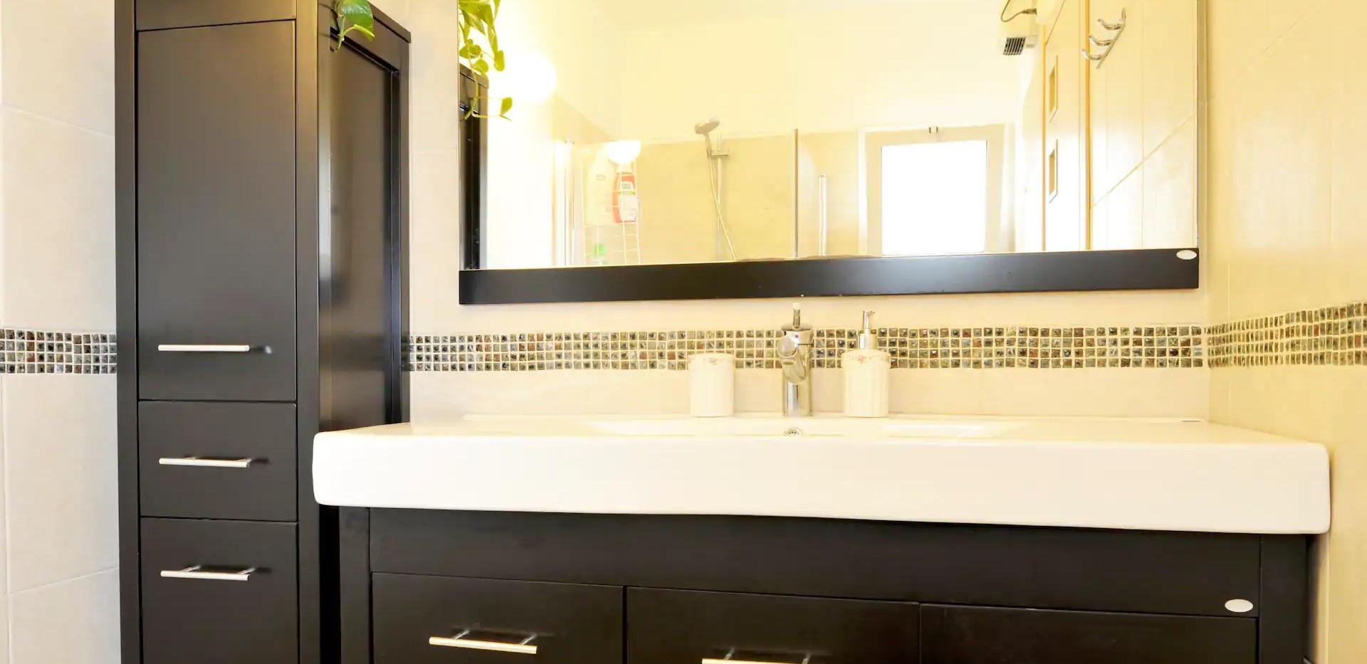 חדר רחצה מובנה בתוך חדר שינה זוגי,קומה תחתונה. An onsuite shower room,the ground floor