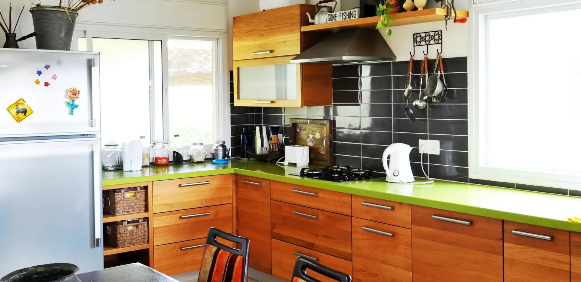 שולחן האוכל והמטבח המאובזר. The kitchen table and well equipped kitchen