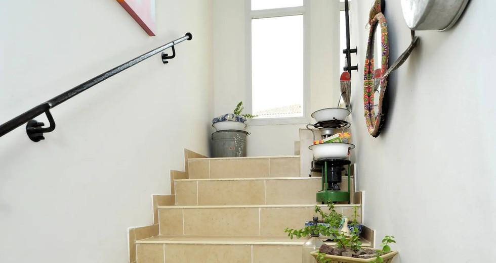 גרם המדרגות עם חפצי וינטג' מלאי אופי וסיפורים. The staircase with vintage items,full of character