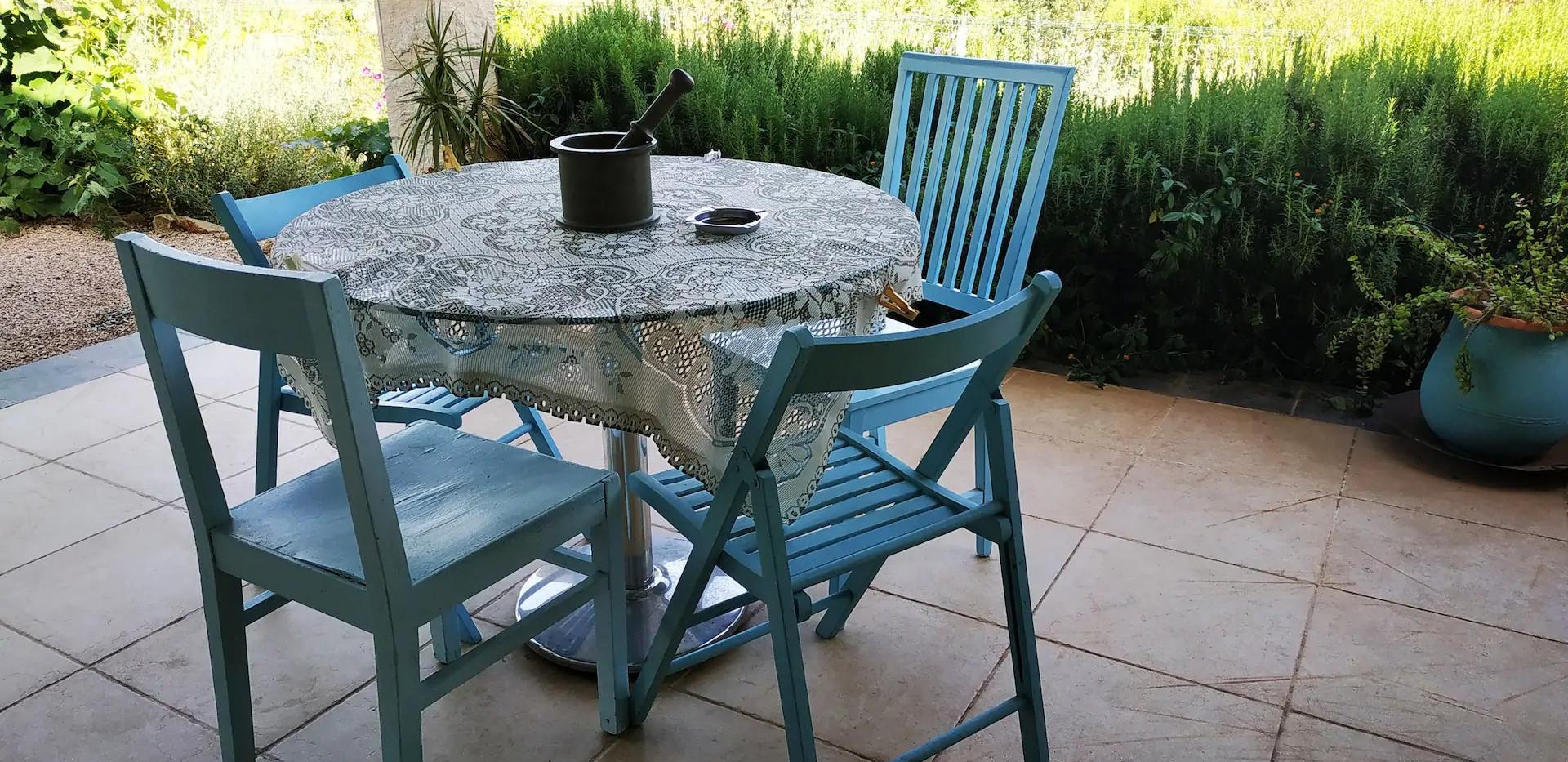 פינת הישיבה האחורית.נוף,תבלינים,קפה של בוקר. The back yard sitting corner. Wiews,herbs,your morning coffee.