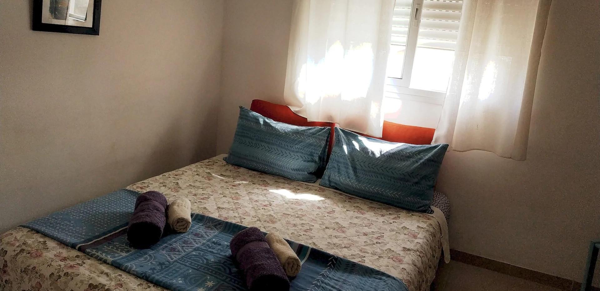 חדר שינה בקומה העליונה.קוים פשוטים ונעימים.