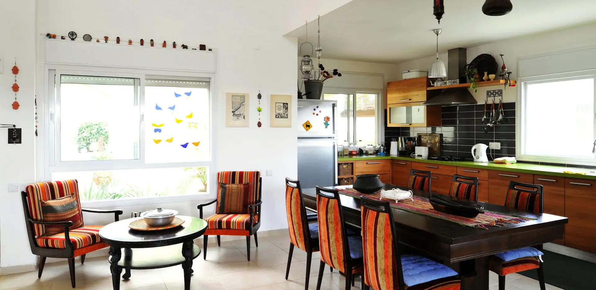 תבור לנד - חלל מגורים,מטבח מקסים,חפצי וינטג' מרתקים. Tabor Land-The living space,with vintage items and stories