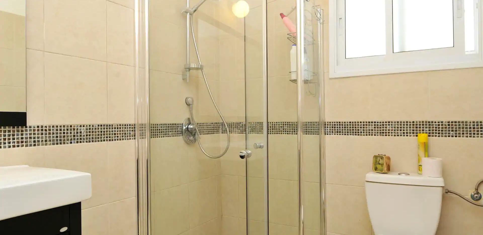 חדר הרחצה השני בקומת הכניסה.נעים ונקי. The external shower room on the ground floor.