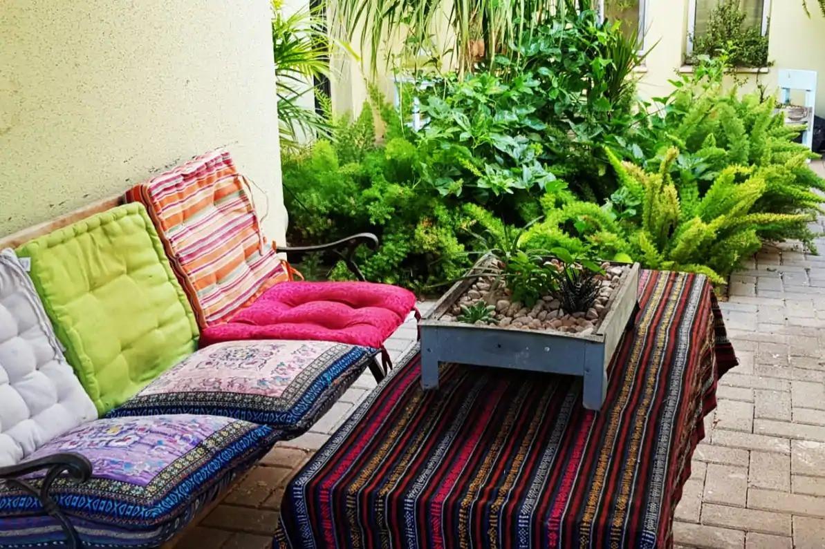 פינת ישיבה שלווה ליד הכניסה אל תבור לנד. A peaceful sitting area