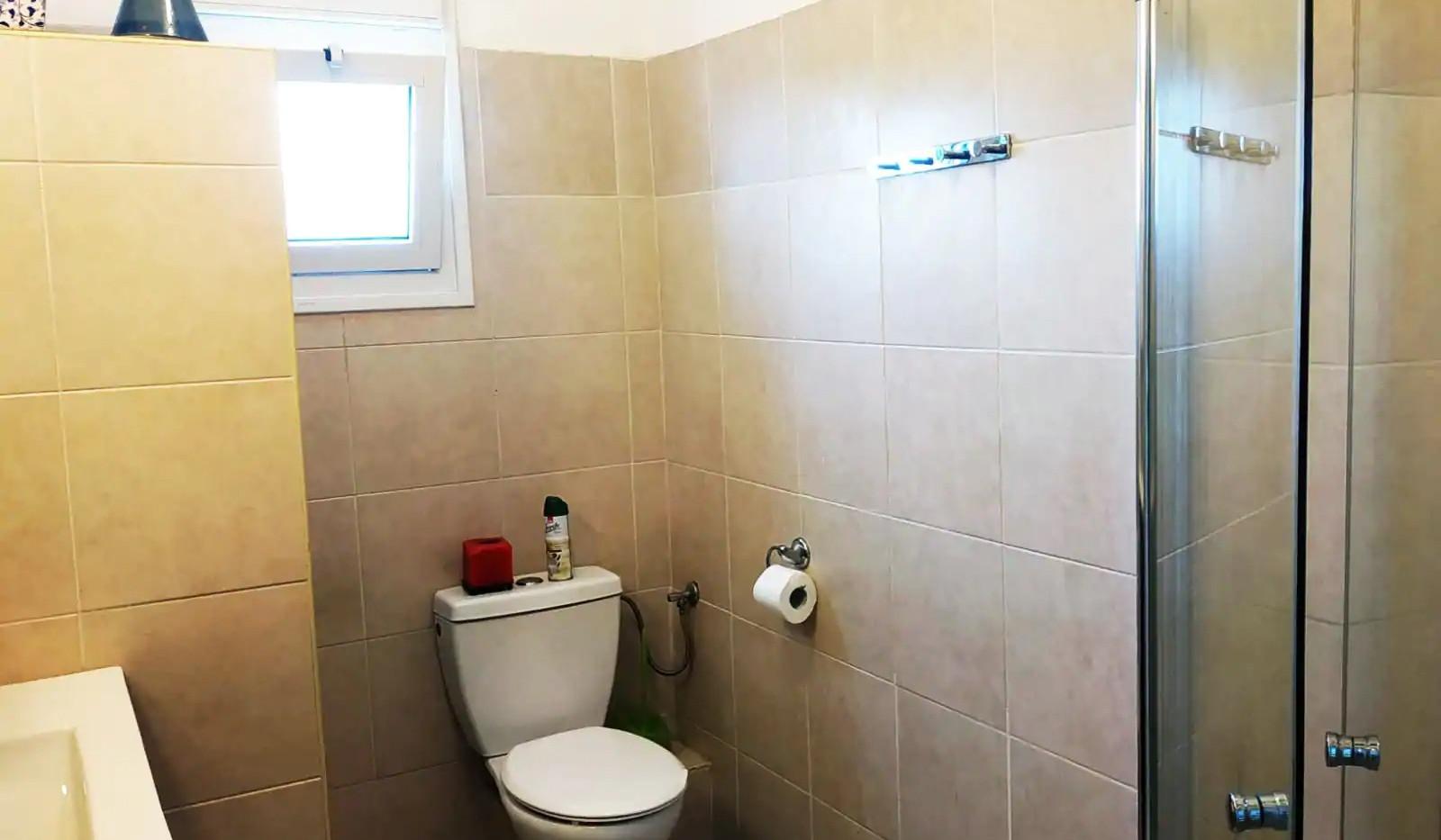 חדר הרחצה המשותף לשני החדרים בקומה העליונה. The shared shower room (for two bedrooms) on the upper floor.