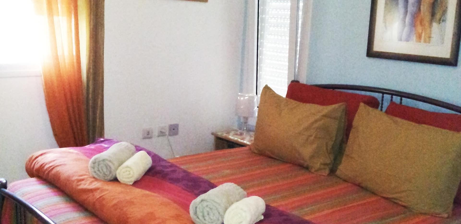 חורף. חדר שינה זוגי ממוזג ומחומם בקומת הכניסה. חדר רחצה מובנה, טלויזיה וארון. Winter.A warm double bedroom on the ground floor. with an onsuite shower room