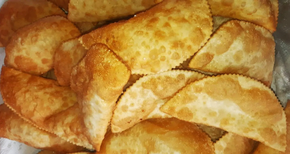 בכפר קמא שבאזורנו חיים גם אחינו הצ'רקסים. חאלוז'- אוכל צ'רקסי.בצק מטוגן ממולא בגבינה. The ethnic food of the Cherkess nation.Haluge-Fried pastery with cheese filling