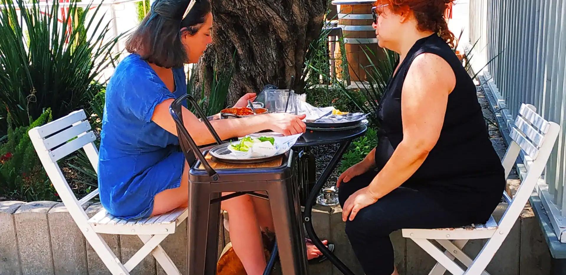 הקפה השכונתי בכפר תבור- קפהדרציה. אחד מכמה מסעדות,בתי קפה ובארים בסביבה. קפה-מסעדה מוצלח עם הנחה לאורחי תבור לנד.מתאים לילדים. one of several local resturants. Caf'ederazia,Kfar Tavor. Tasety food with a discount for Tabor Land guests.